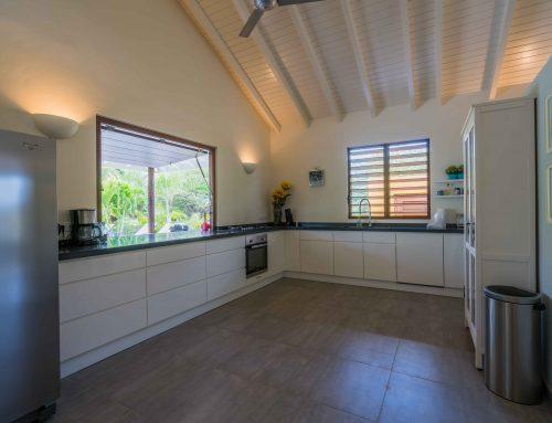 Ruime keuken voorzien van luxe apparatuur
